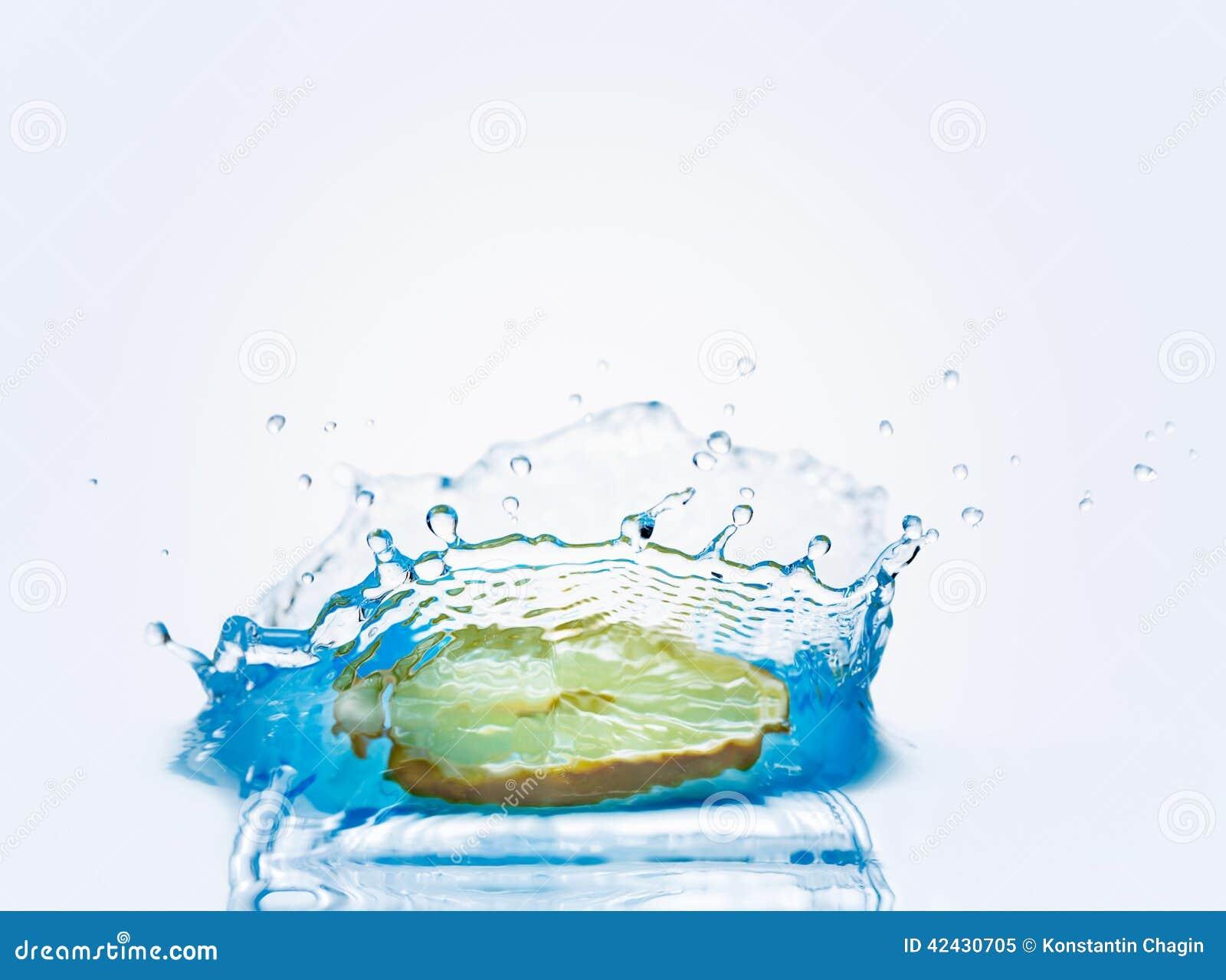 Chapoteo hermoso del agua