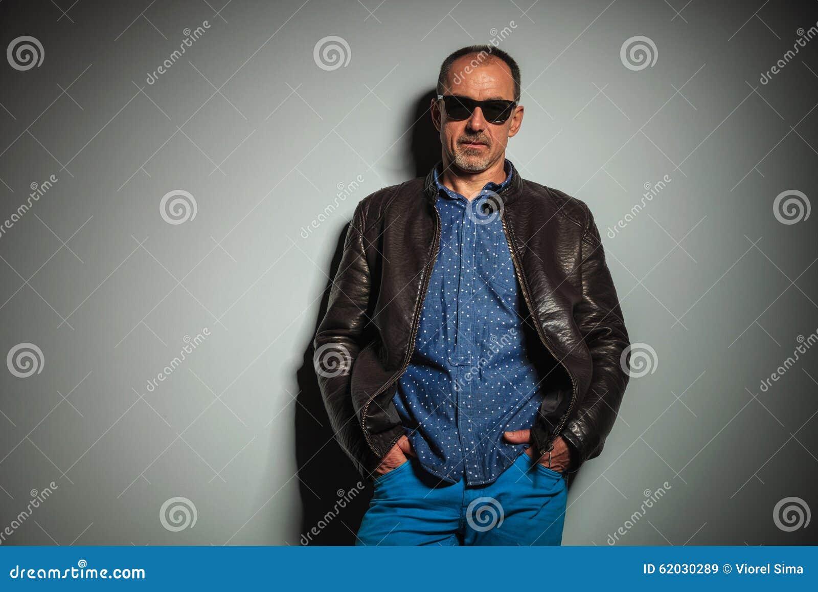 Chaqueta Gafas Cuero Lleva Viejo Que Sol Y Casual Hombre De Del POwPqyZR1