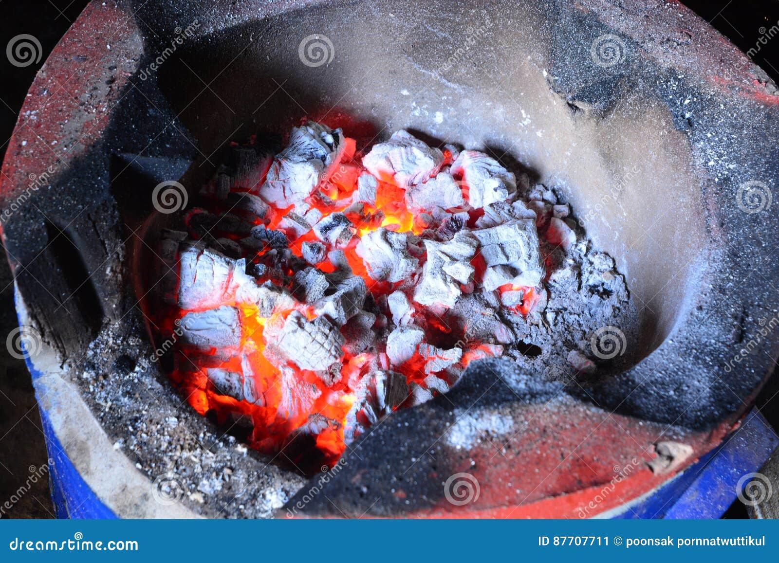 Charbon de bois brûlant