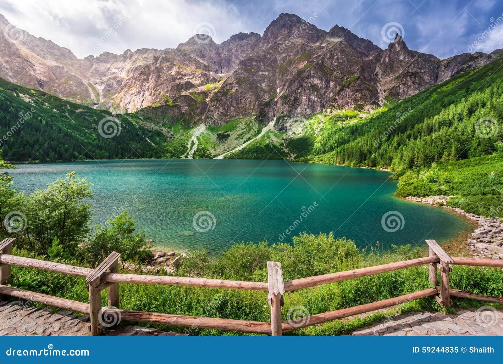 Download Charca Cristalina En El Medio De Las Montañas Imagen de archivo - Imagen de hiking, roca: 59244835
