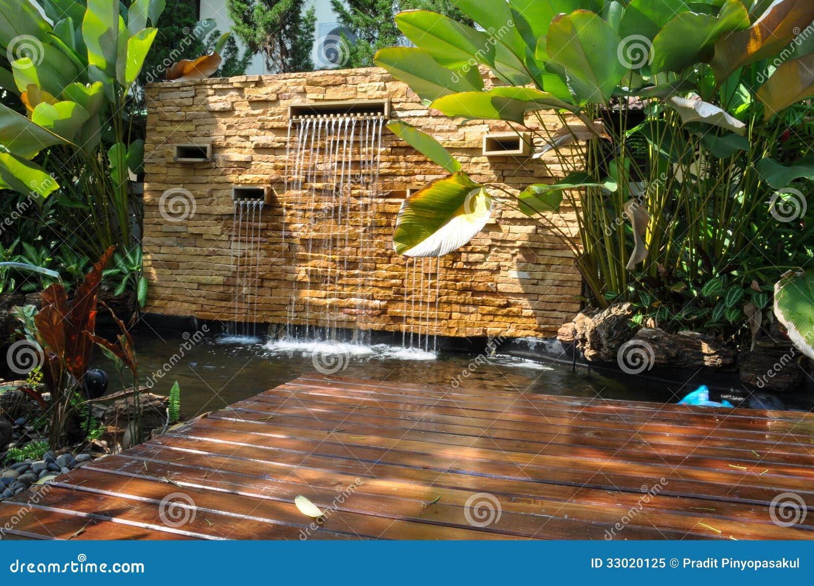 Charca decorativa de la cascada de la piedra del jard n for Cascadas en piedra para jardines