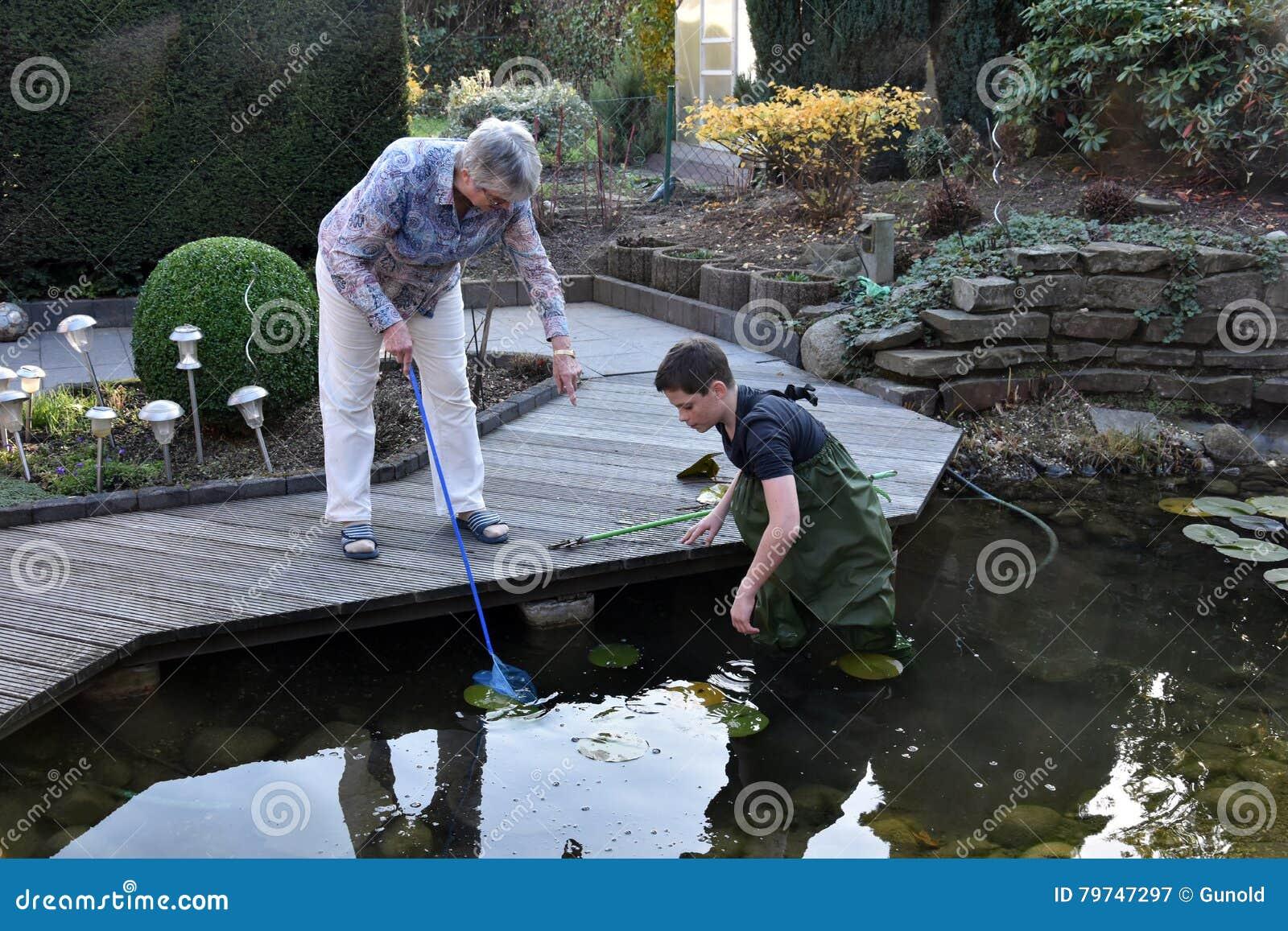 Charca del jardín de la limpieza del muchacho y de la abuela
