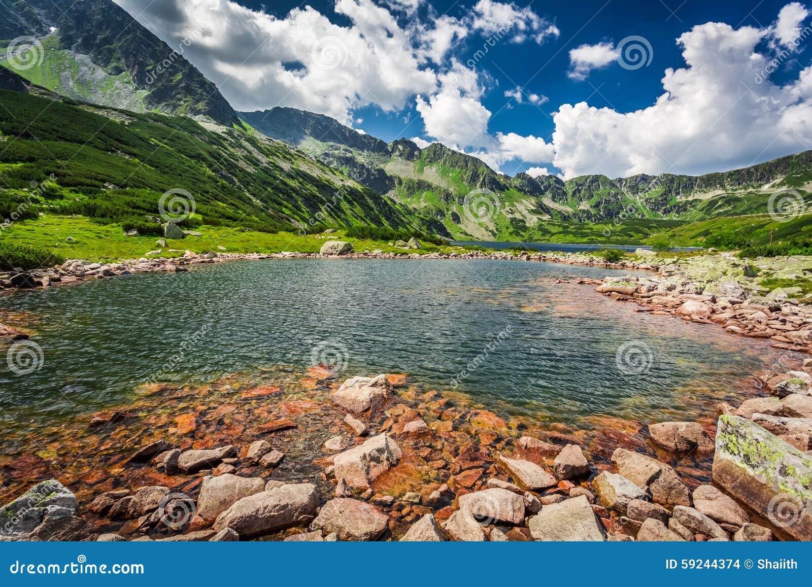 Charca maravillosa en el medio de las montañas