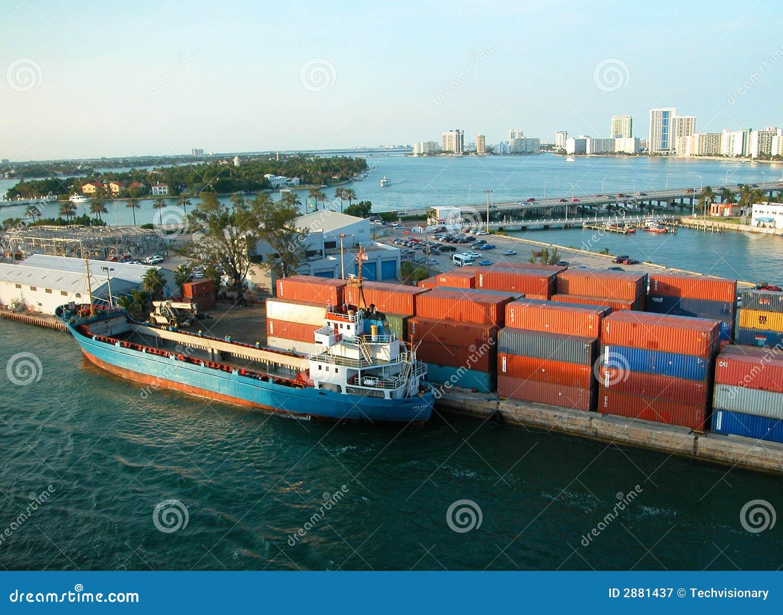 chargement d 39 un navire porte conteneurs image stock image du conteneur conteneurs 2881437. Black Bedroom Furniture Sets. Home Design Ideas