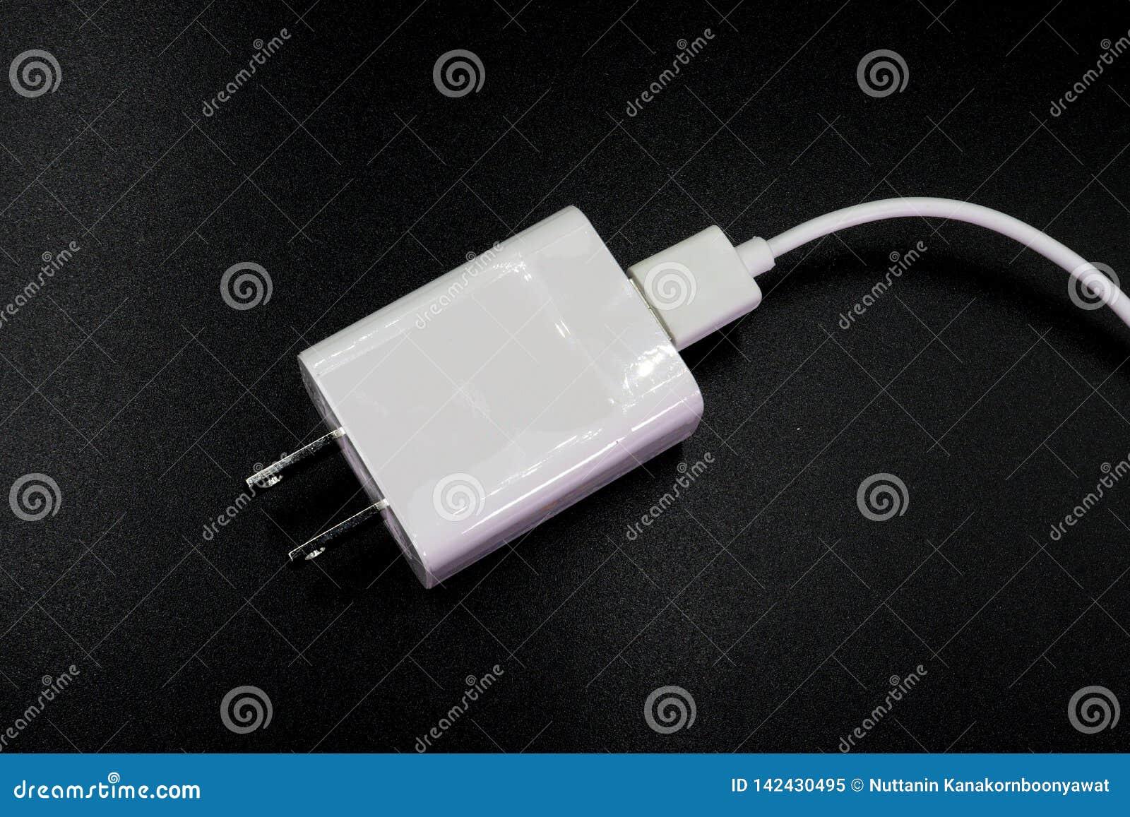 Chargeur mobile d USB d isolement sur le fond noir