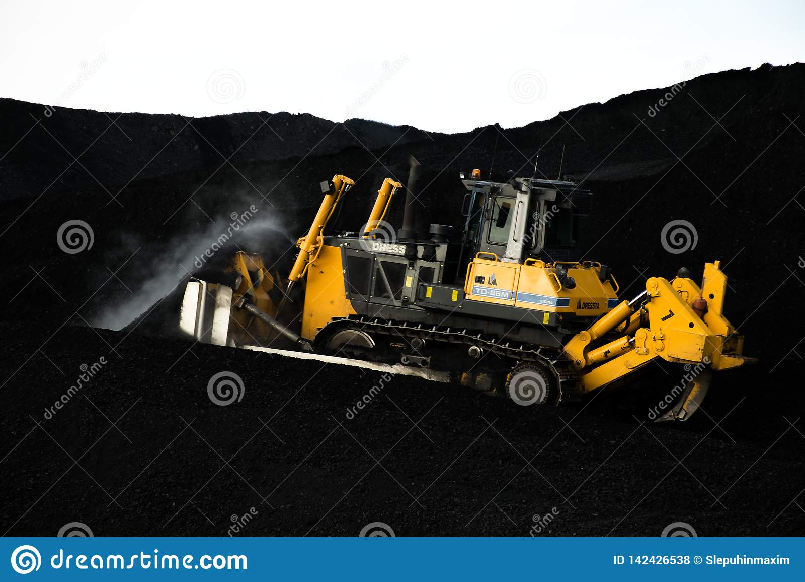 Chargeur travaillant au chargement de charbon