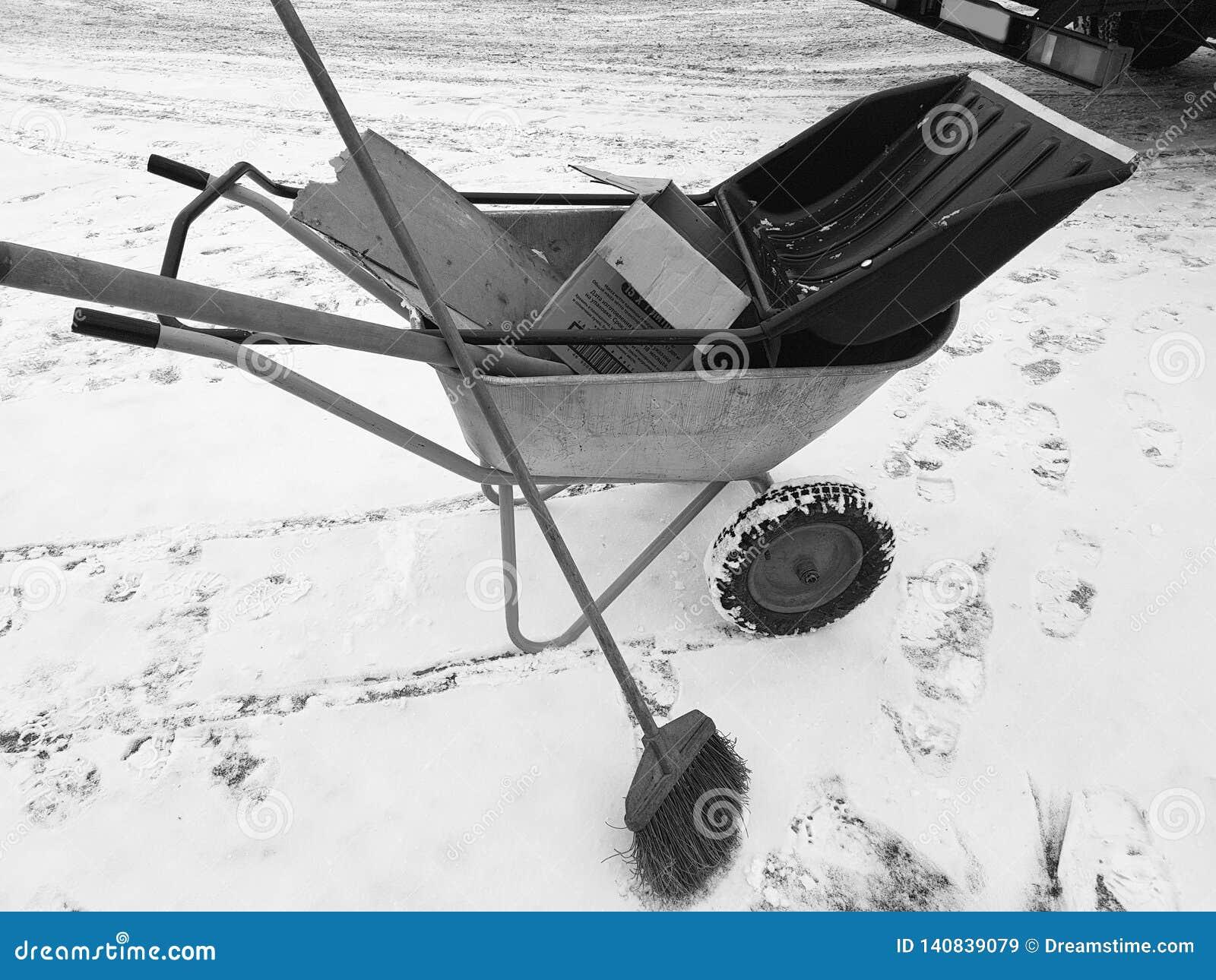 Chariot de construction avec la poubelle et le balai de déchets