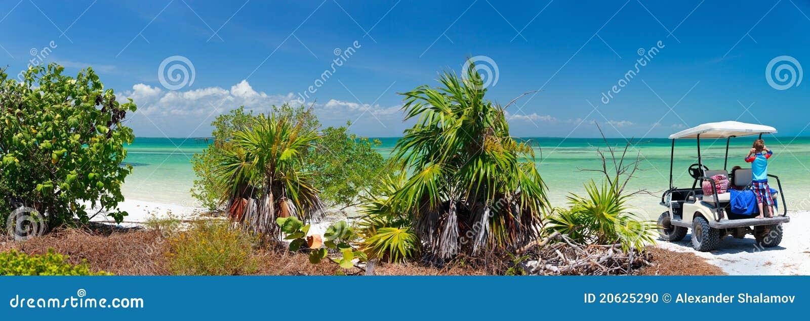 Chariot de golf à la plage tropicale