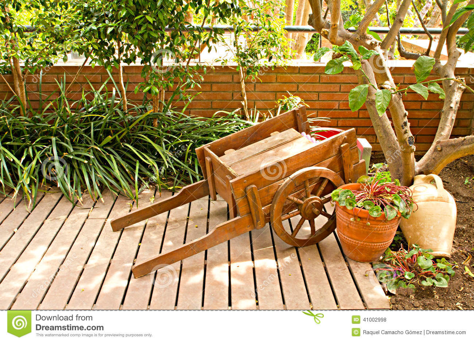 chariot de jardin en bois photo stock image du ferme 41002998. Black Bedroom Furniture Sets. Home Design Ideas