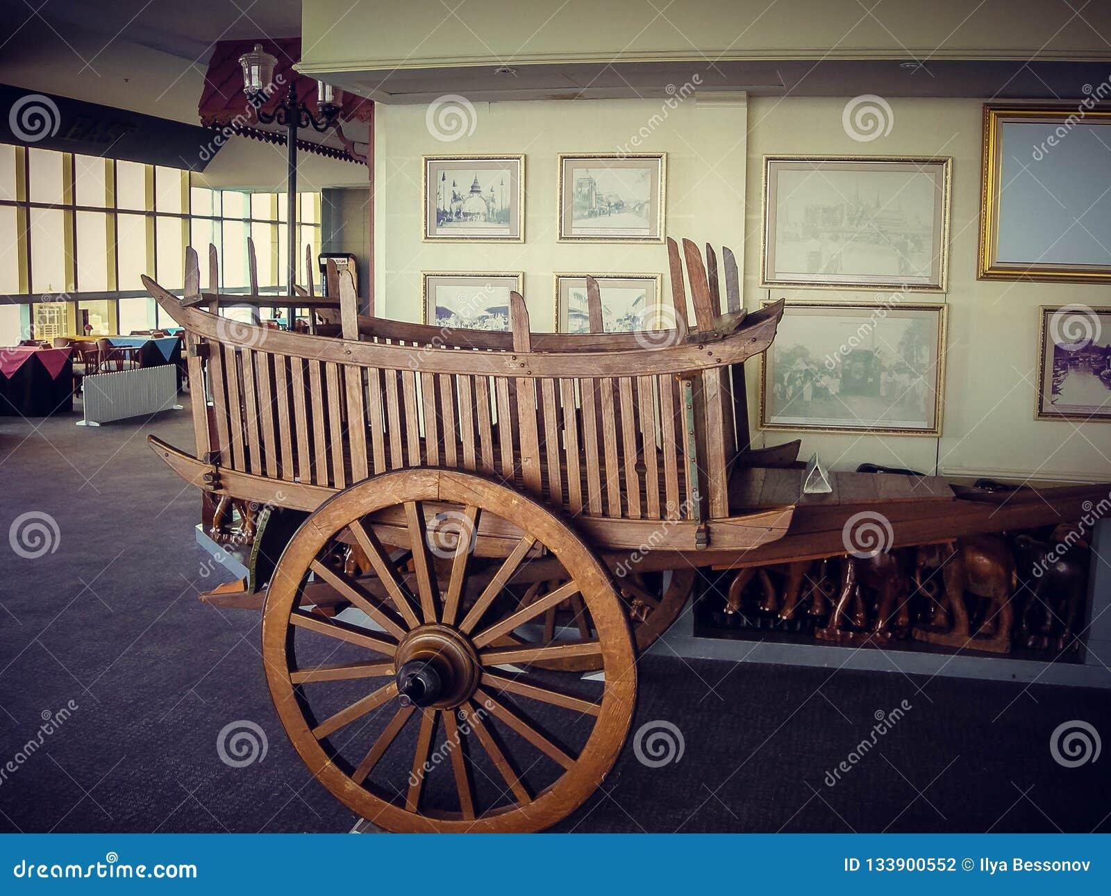 Chariot en bois en café, décoration intérieure tourisme