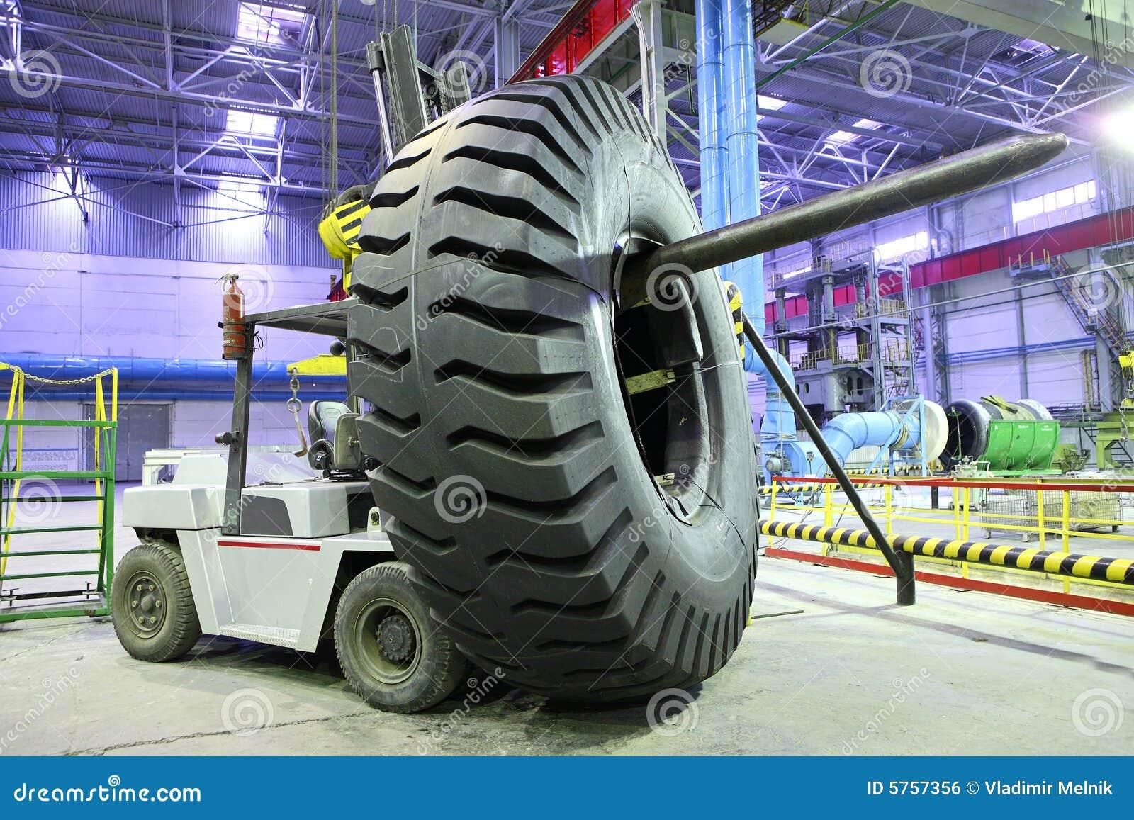 chariot l vateur avec le pneu g ant de taille image libre de droits image 5757356. Black Bedroom Furniture Sets. Home Design Ideas