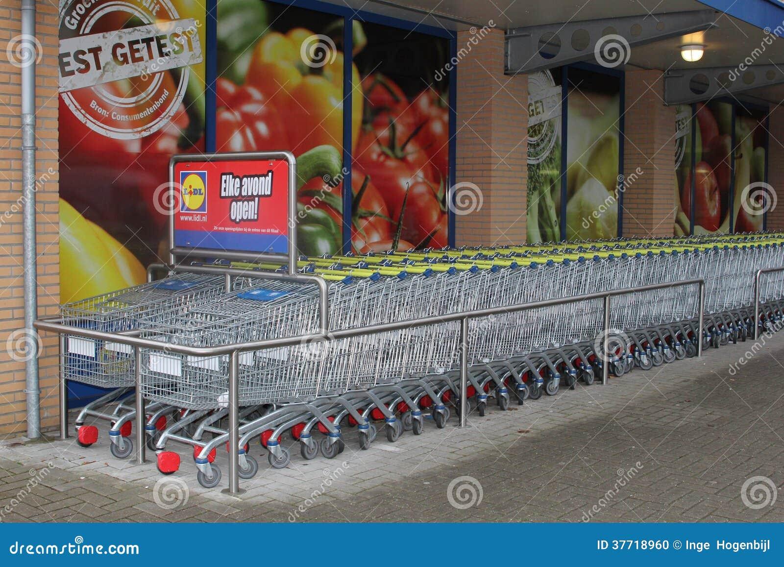 Chariots à achats au supermarché de Lidl