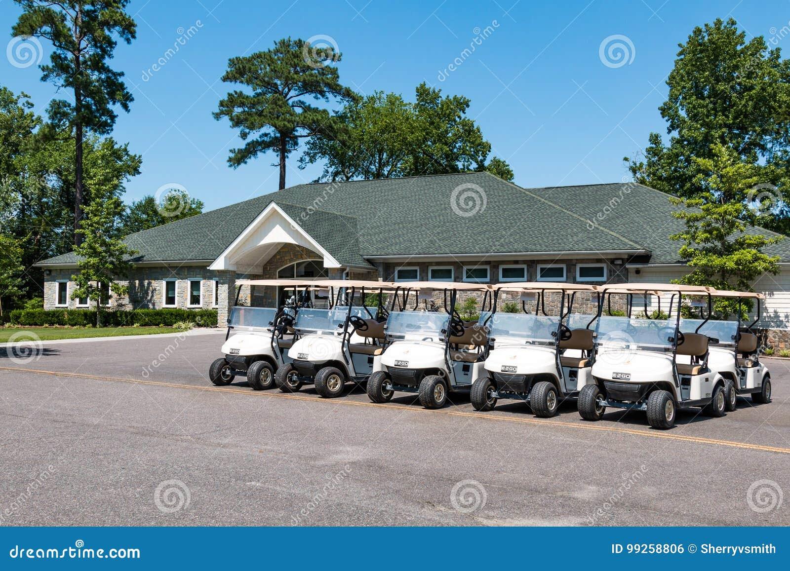 Chariots de golf et pavillion au terrain de golf courtaud de lac