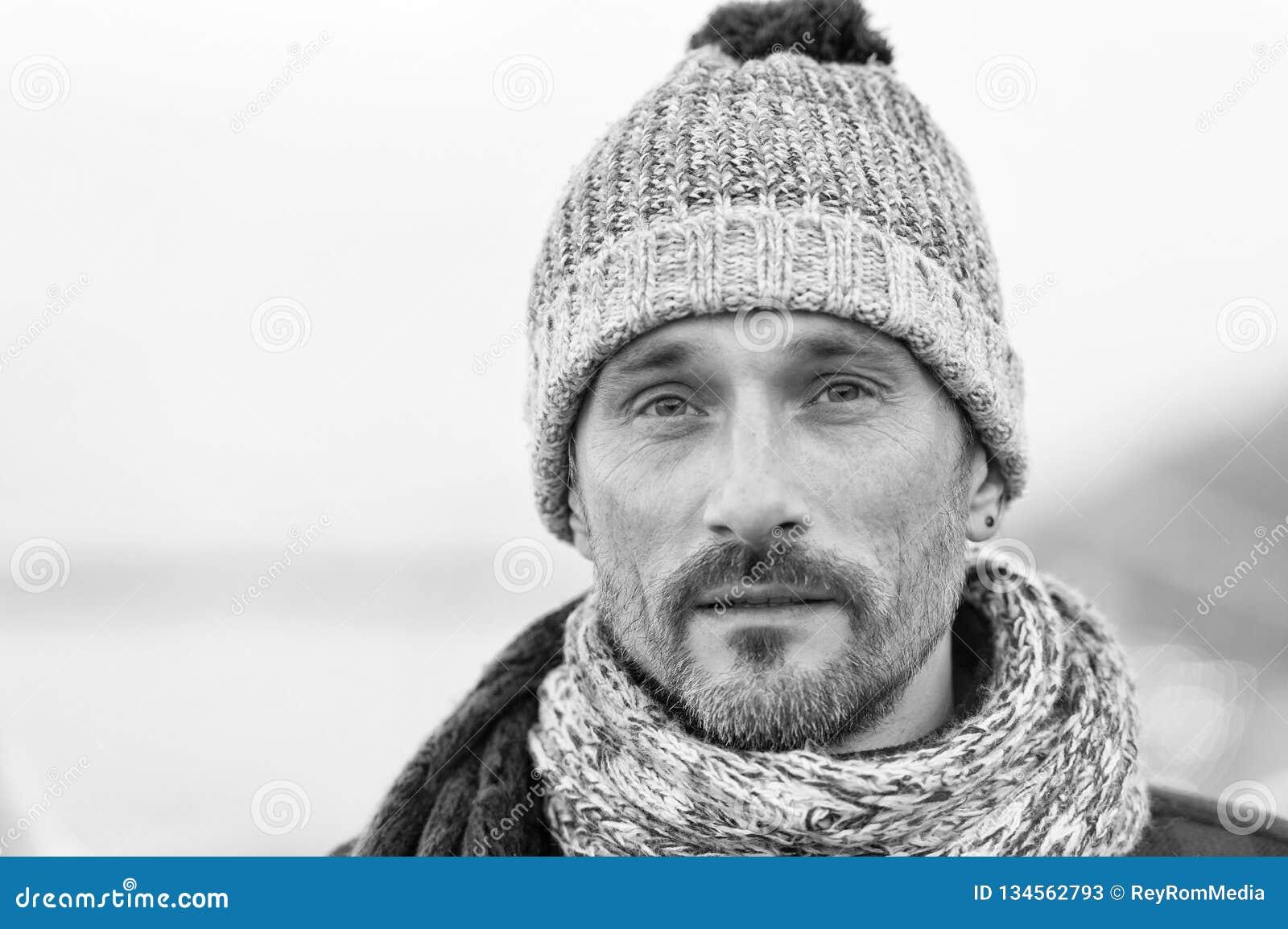 Charismatischer mittlerer gealterter Mann in der Winterkleidung