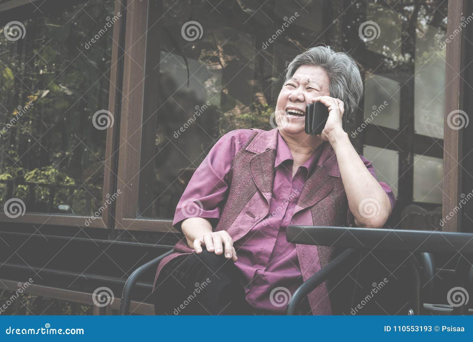 Charla De Una Más Vieja Mujer Sobre El Teléfono Móvil En