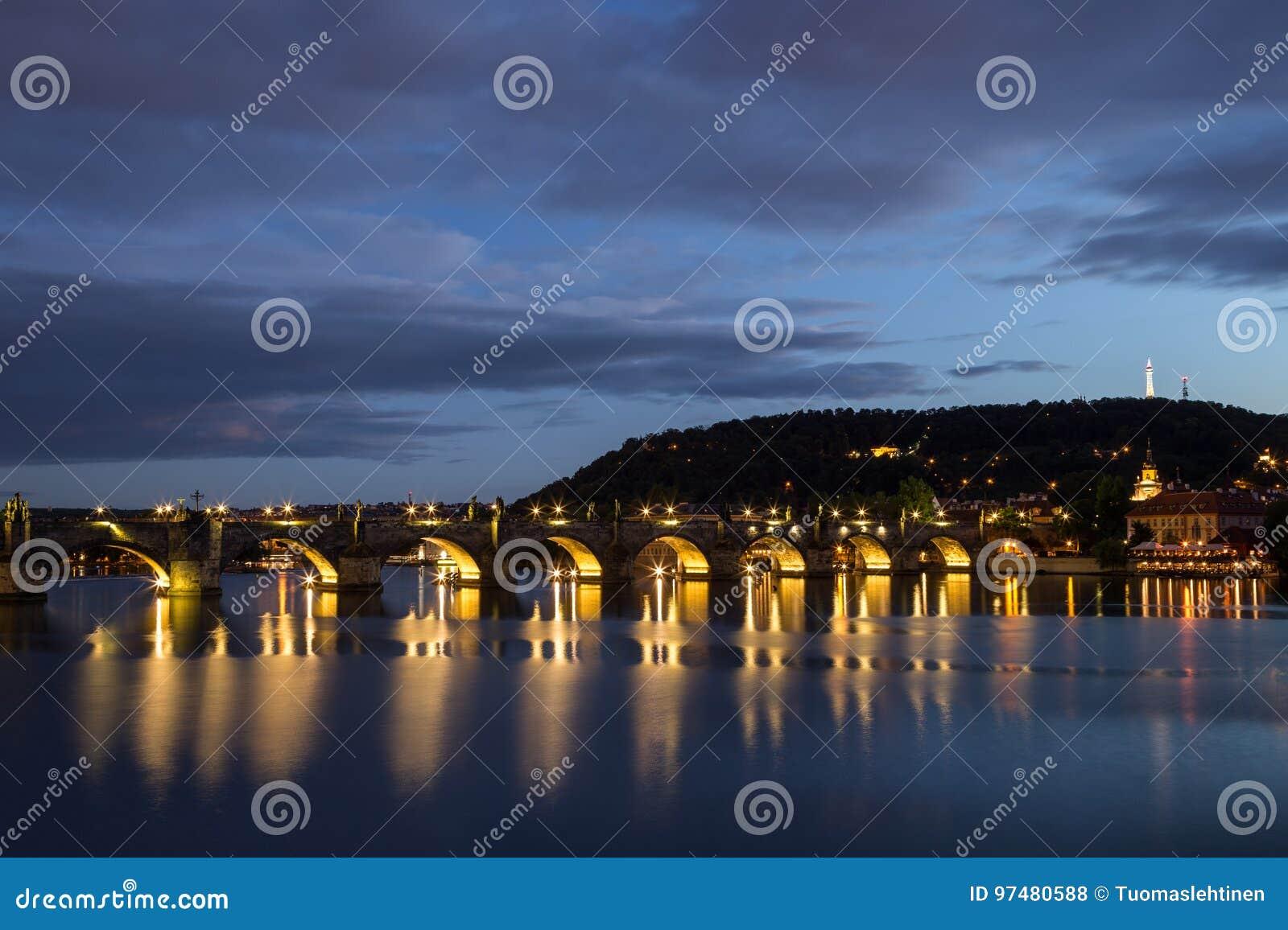 Charles Bridge e collina di Petrin a Praga alla notte