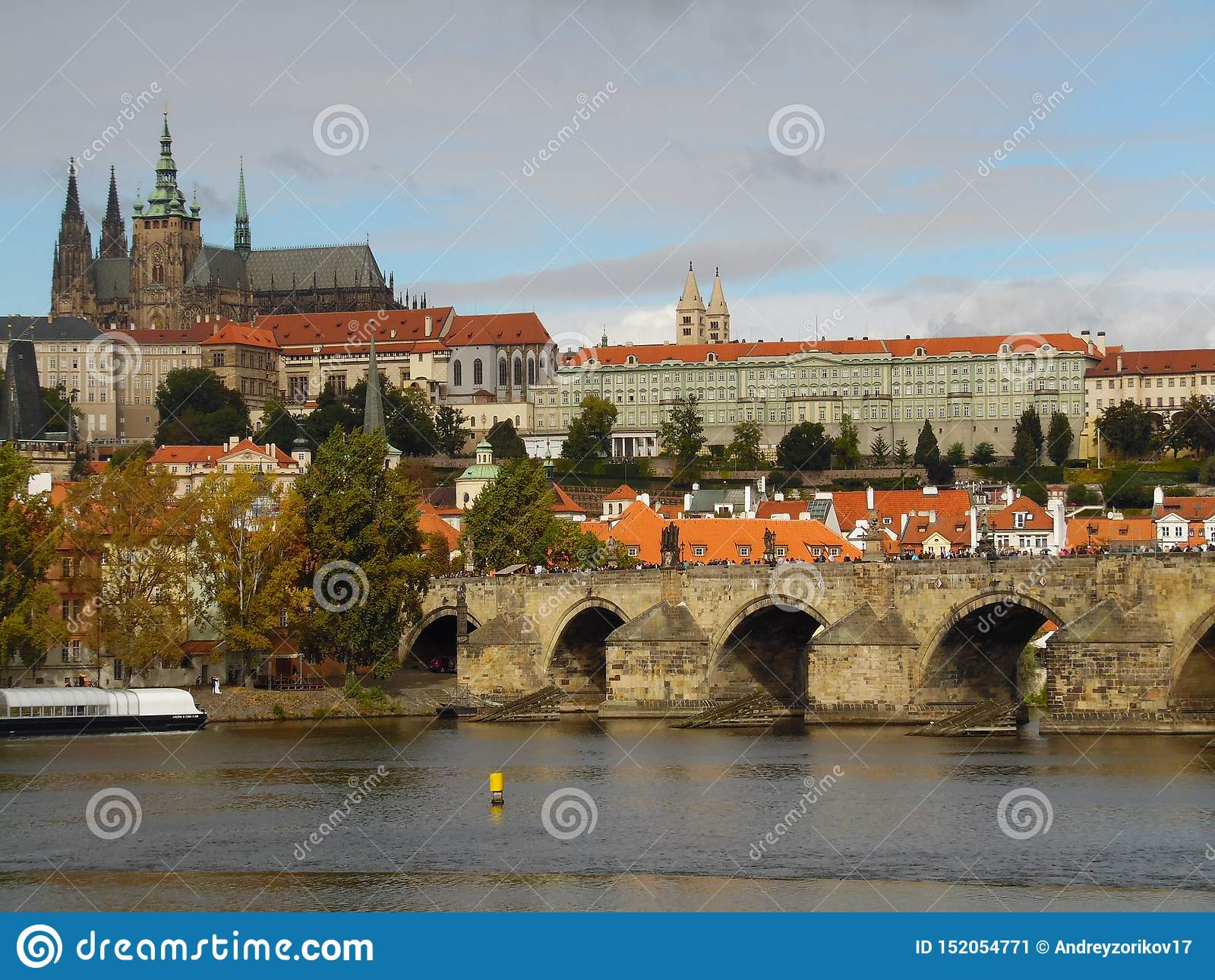 Charles Bridge Een beroemde historische brug kruist de Holtava-Rivier in Pragu