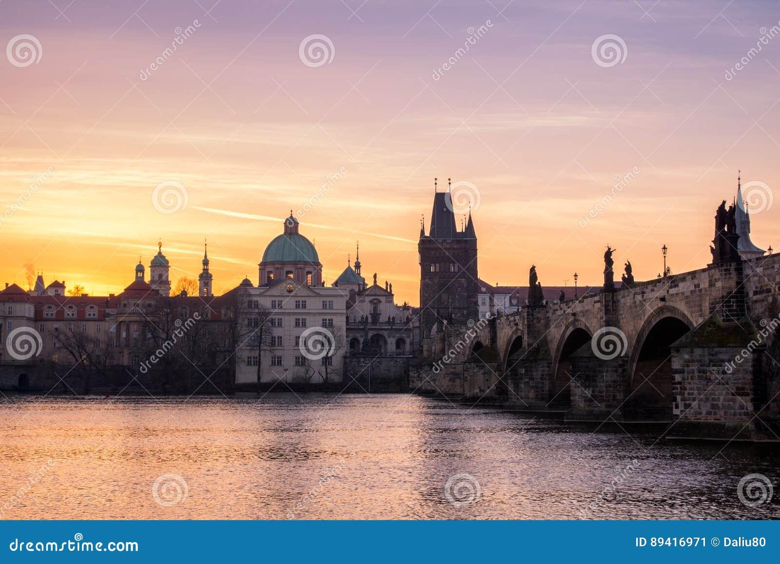 Charles Bridge (Karluv mais) e torre velha da cidade, a maioria de beauti