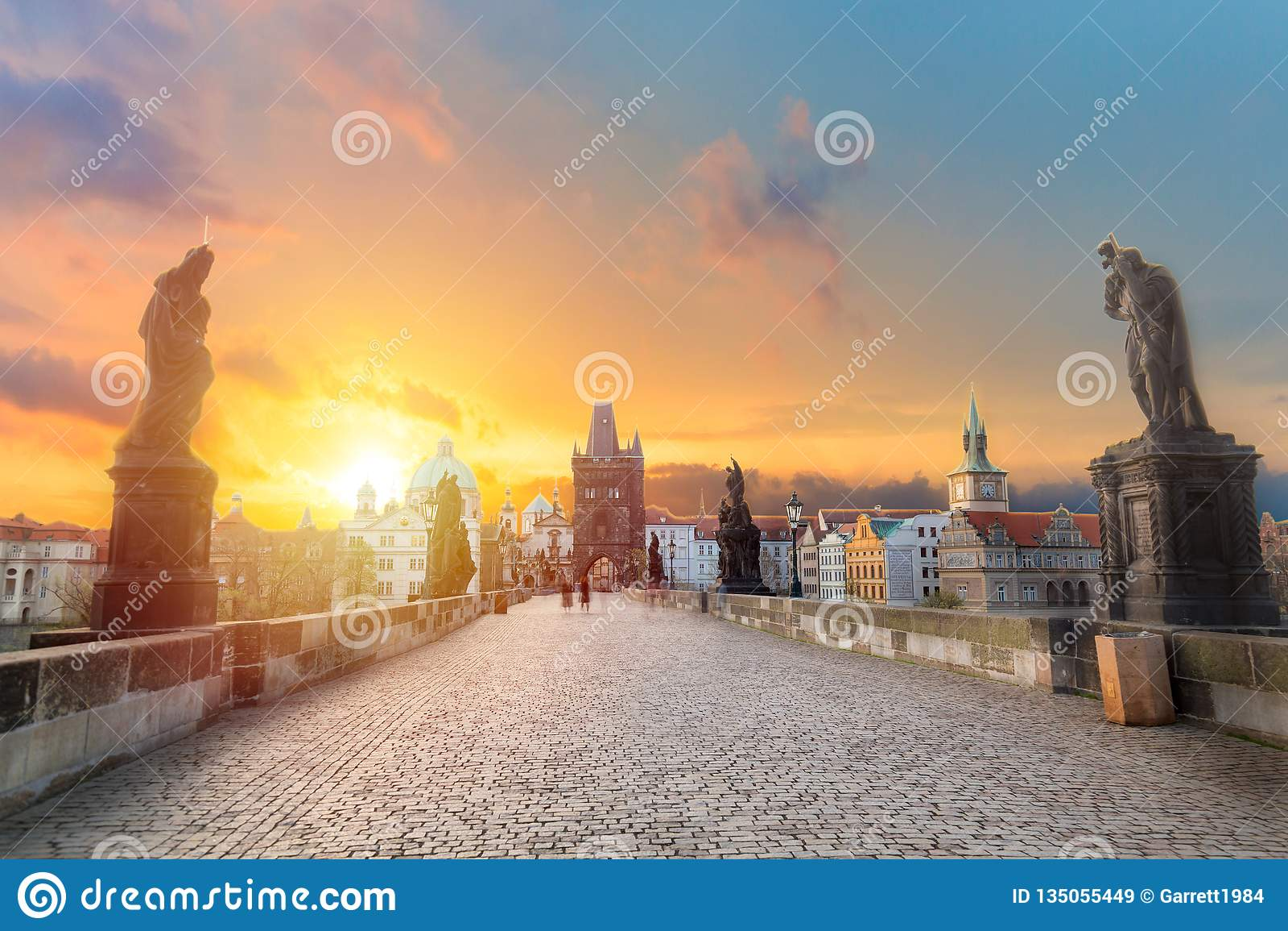 Charles Bridge Karluv Most e torre di Città Vecchia ad alba di stupore con il cielo e le nuvole a Praga, repubblica Ceca