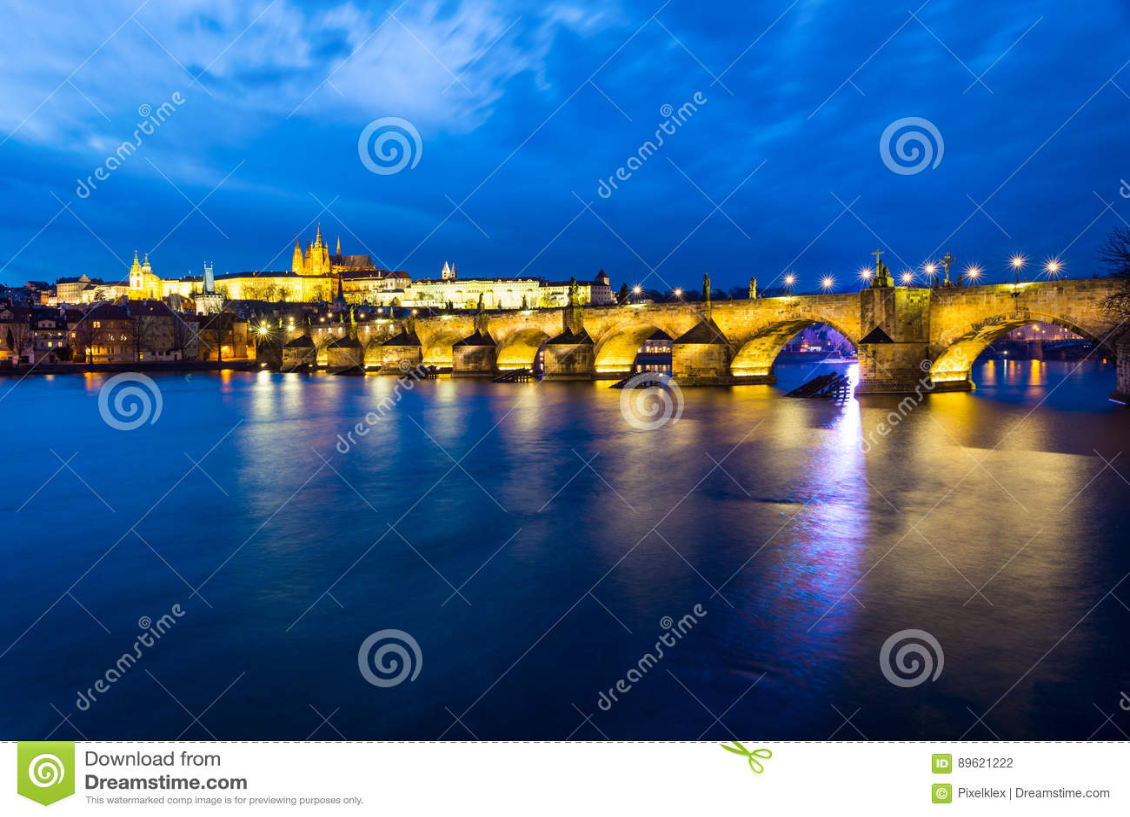 Charles Bridge Karluv Most en la noche, Praga