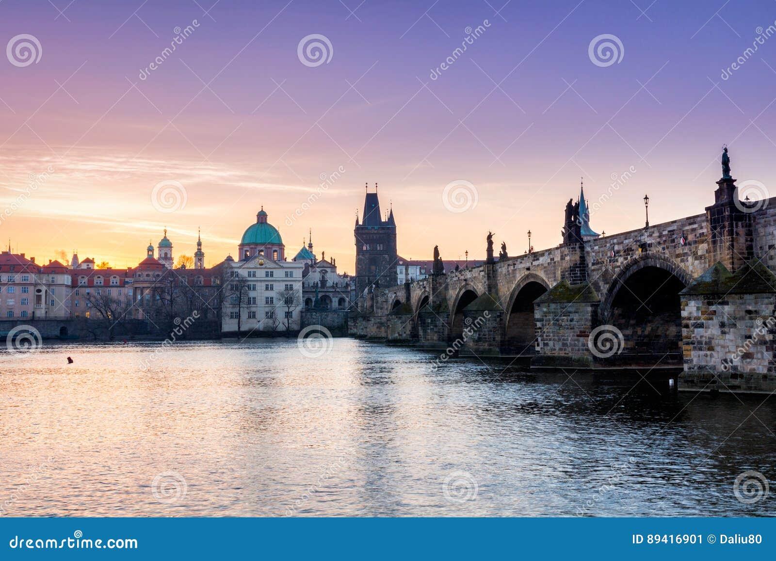 Charles Bridge no nascer do sol, a maioria de ponte bonita em Czechia Pra