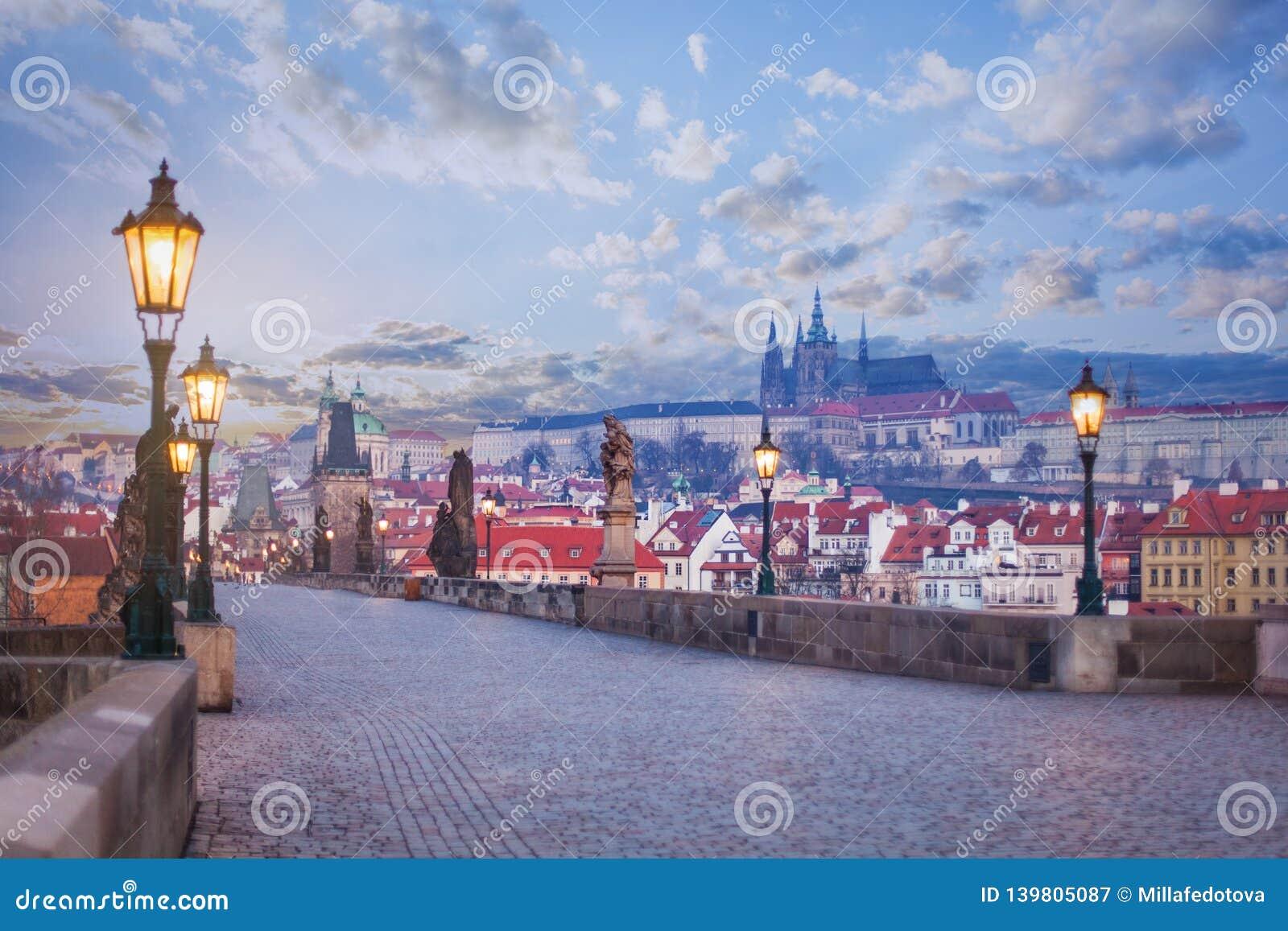 Charles-brug met standbeelden, de toren van Praag en kasteel Praag, Tsjechische Republiek