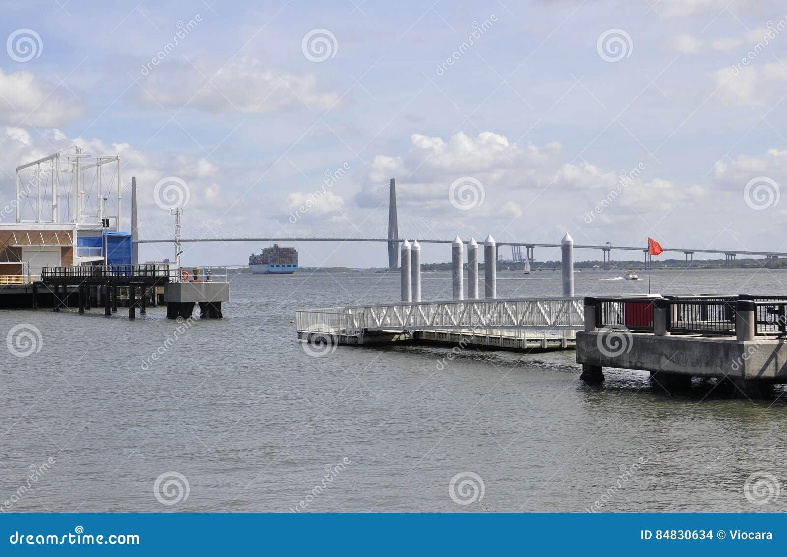 Charleston Sc, am 7. August: Kabel-Brücke über Fassbinderfluß von Charleston in South Carolina