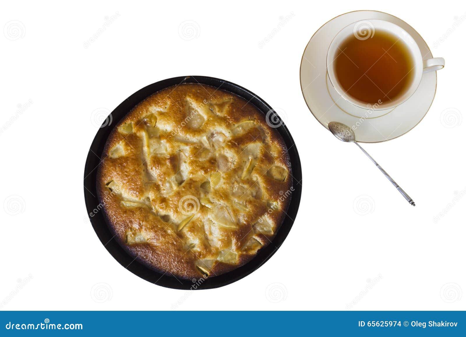 Charlotte Tarte aux pommes avec une tasse de thé noir sur un backgrou blanc