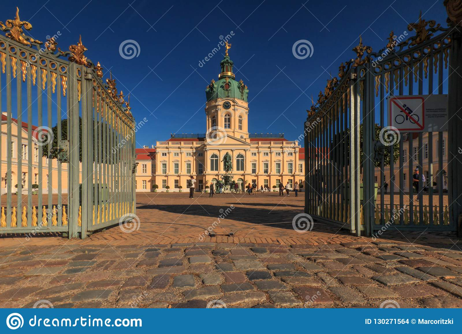 Charlottenborg slott och slott i berlin på en blå himmel