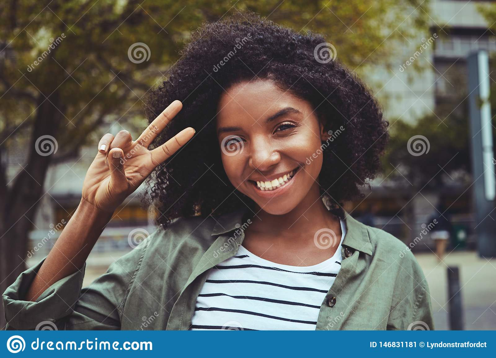 Charma den unga kvinnan som gör fredgest