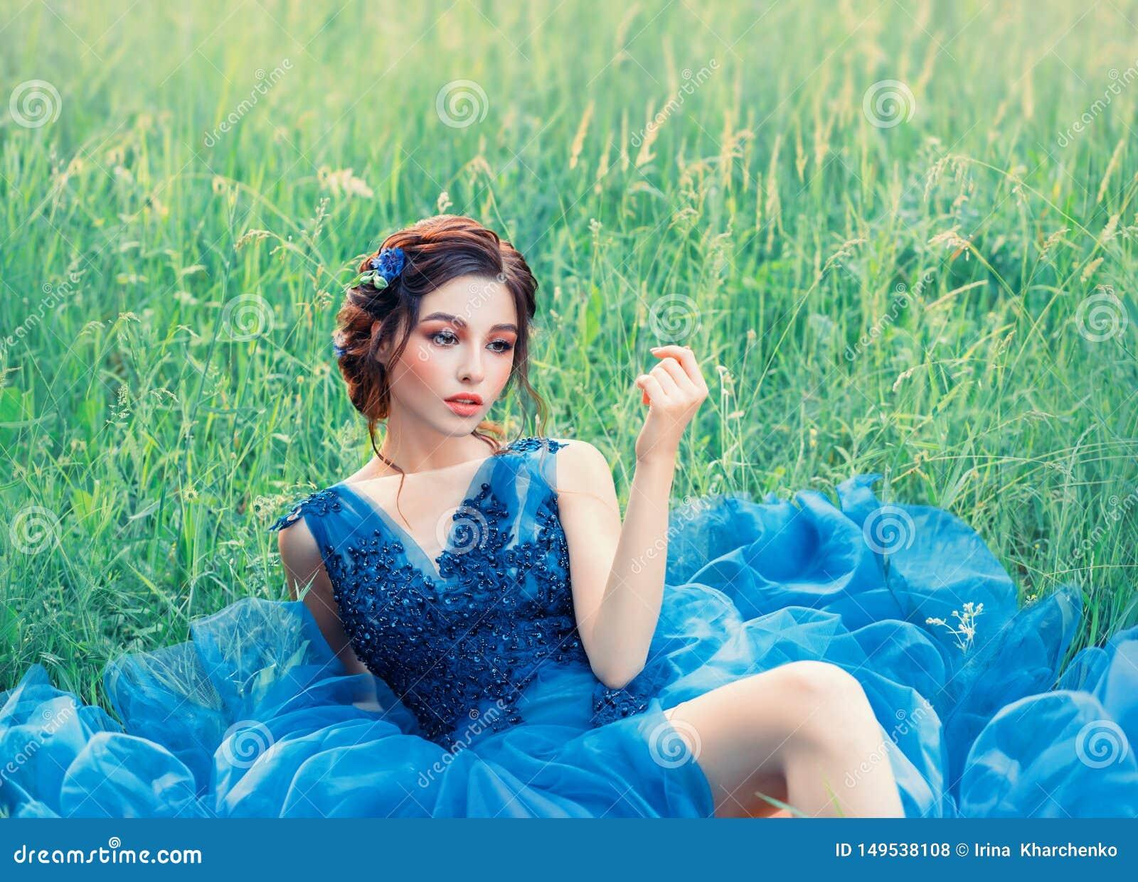 Charmant geheimzinnig verhaal over porseleinpop, mooi meisje in lange blauwe weelderige gevoelige kleding dame met gevlecht dark