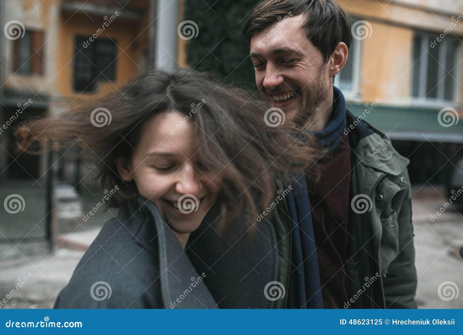 Charmant paar in een kleding die onderaan de straat lopen