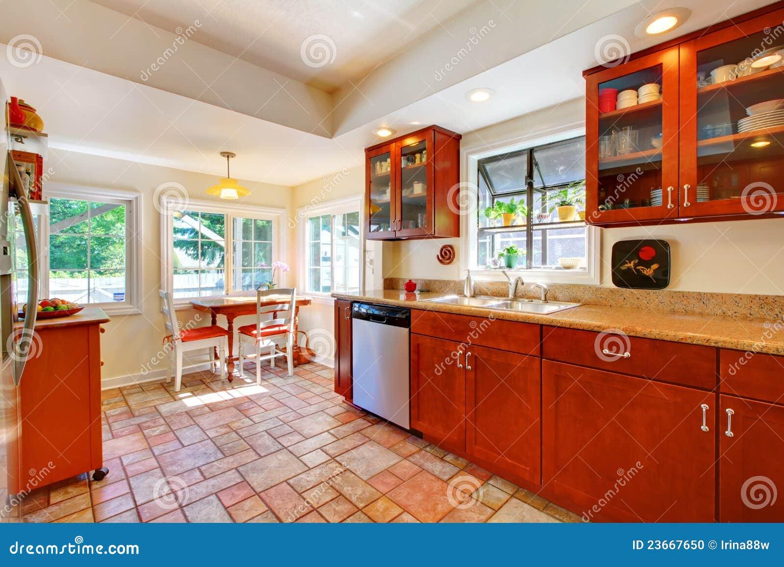 Charmante kersen houten keuken met tegelvloer. stock foto ...