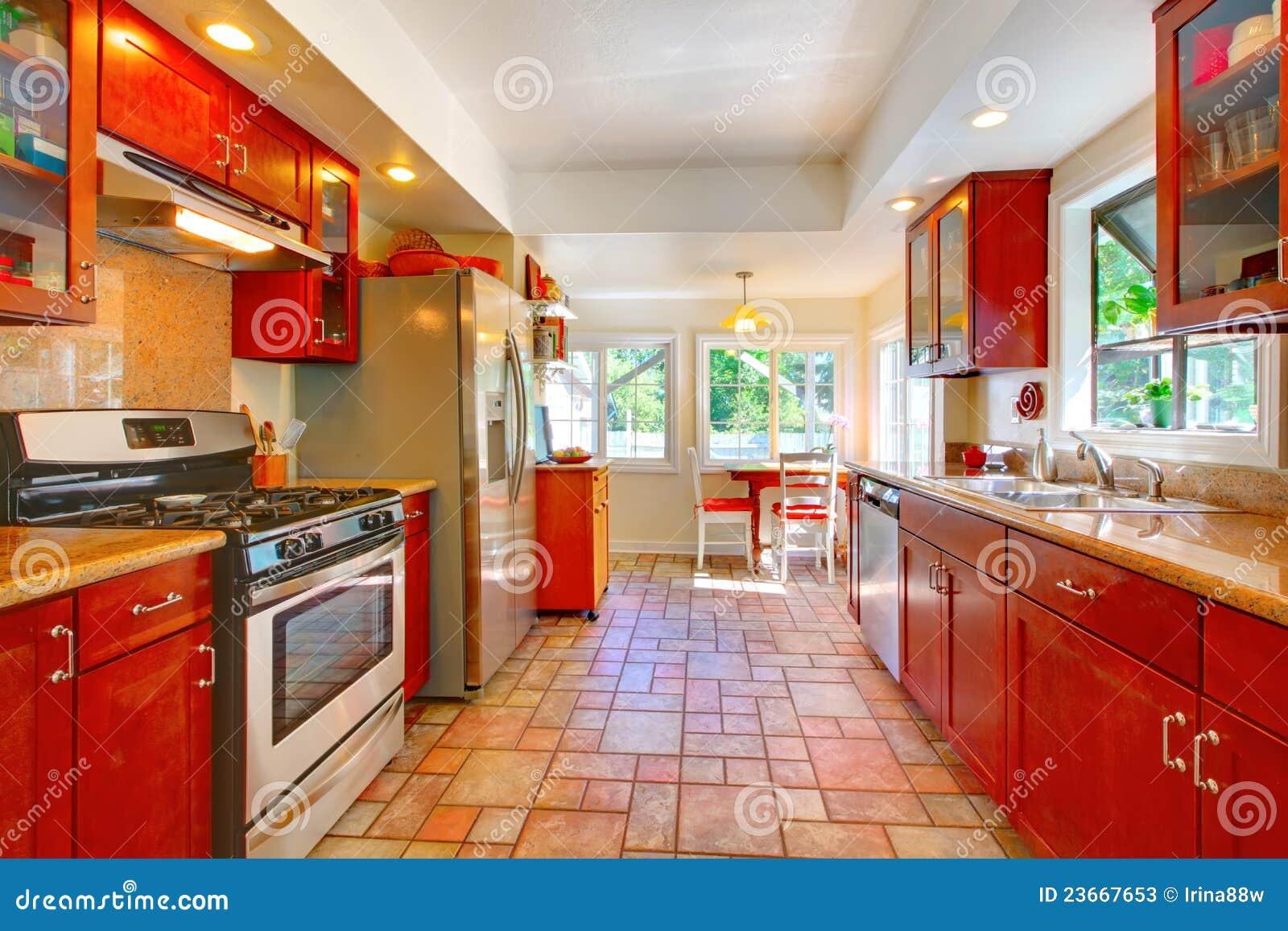 Charmante kersen houten keuken met tegelvloer stock foto 39 s afbeelding 23667653 - Meubilair outdoor houten keuken ...