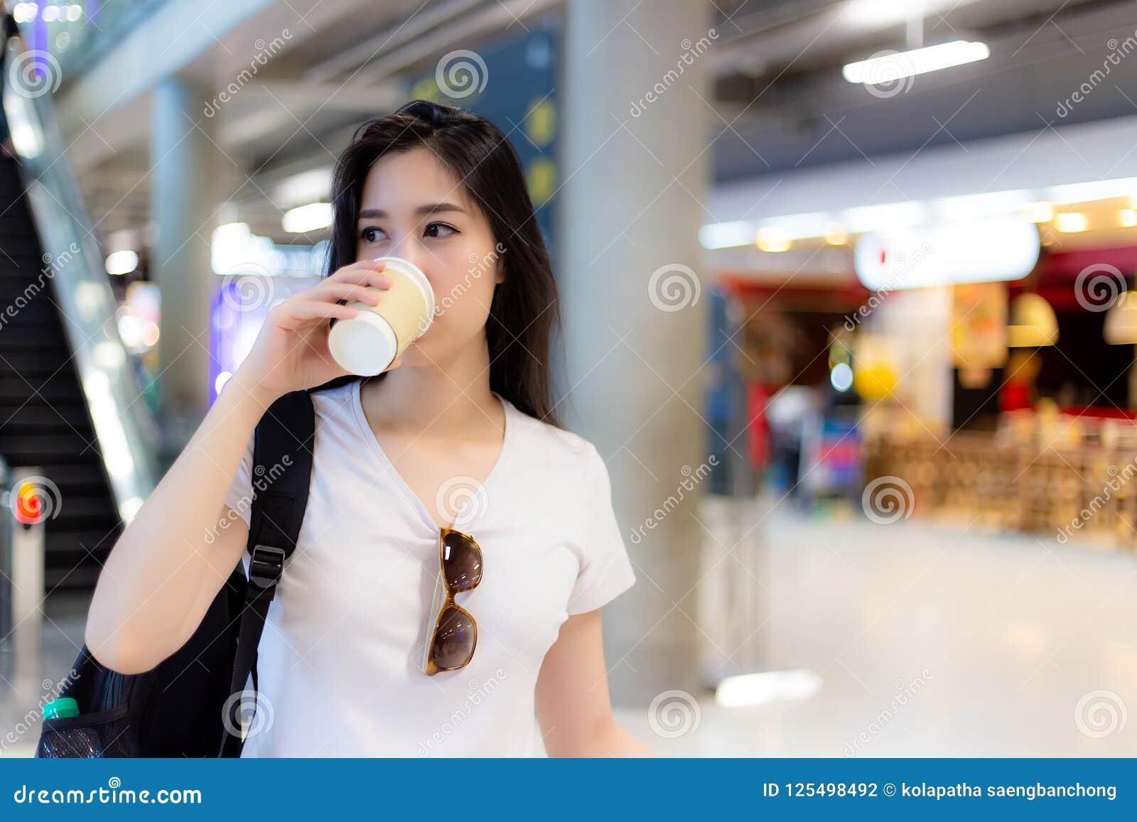 Charmante mooie het document van de vrouwengreep kop van koffie en drankrug