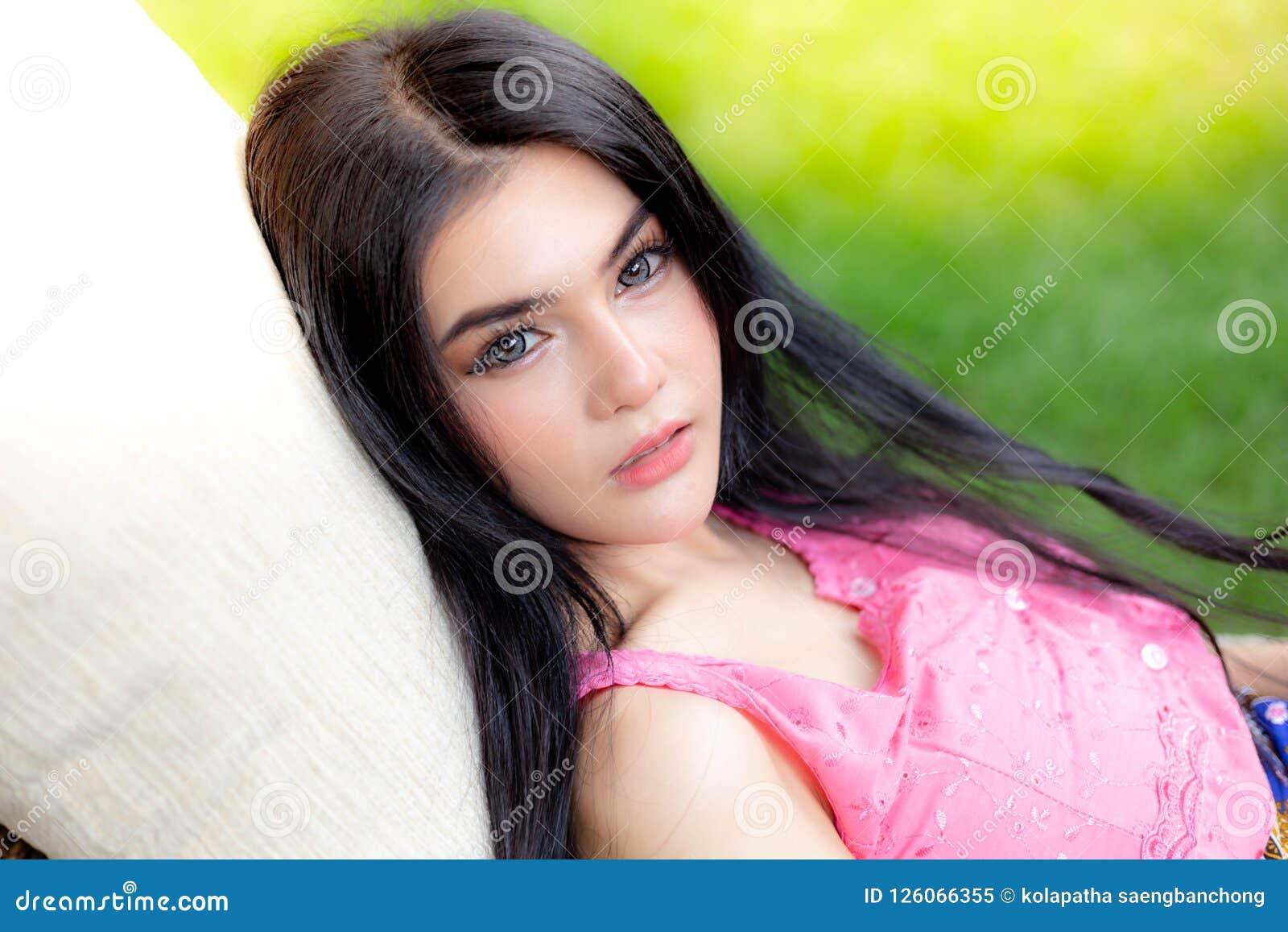 Charmante Mooie Jonge Vrouw De aantrekkelijke mooie vrouwen heeft n