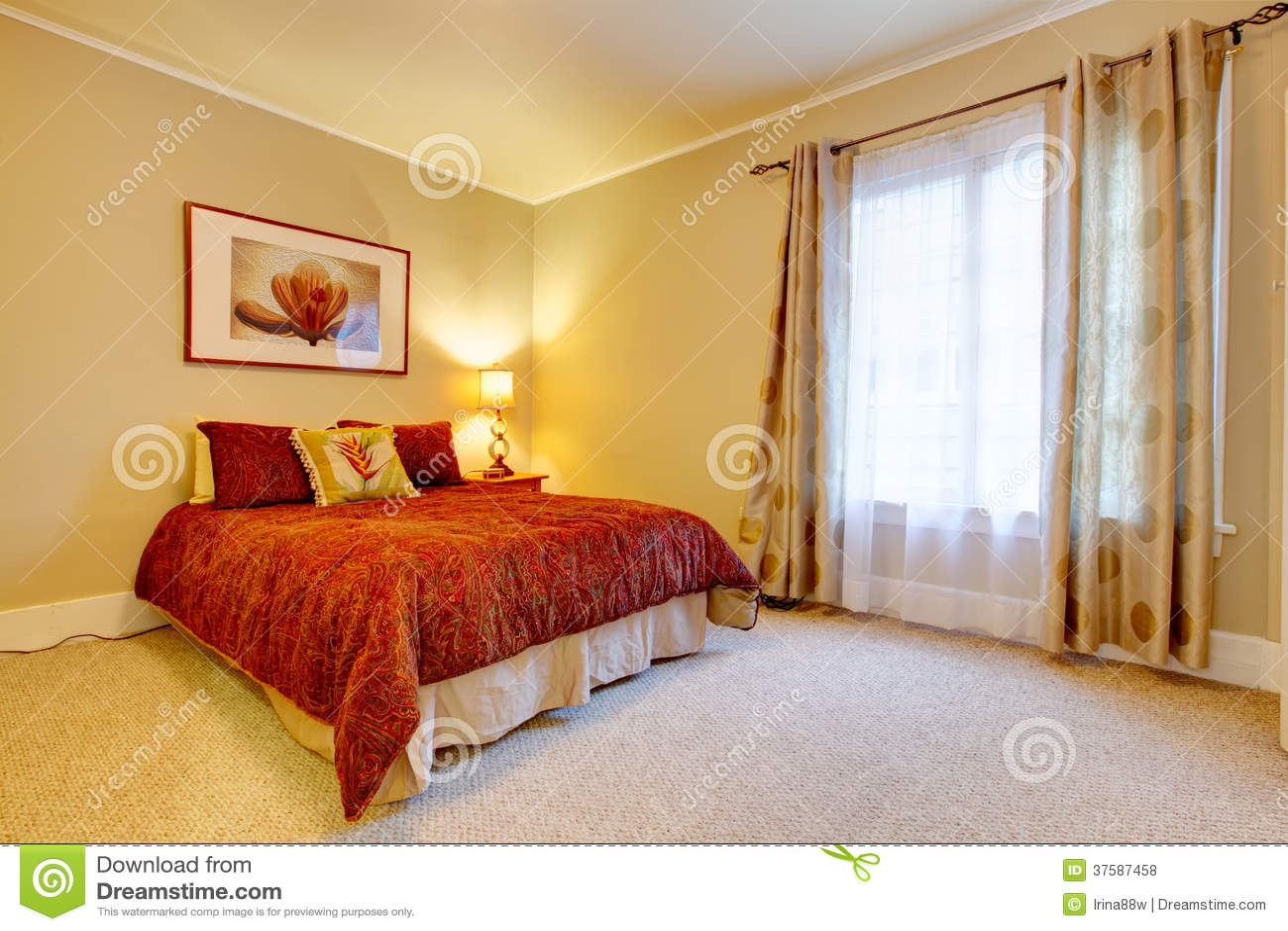 Charmante slaapkamer met mooi rood beddegoed royalty vrije stock ...