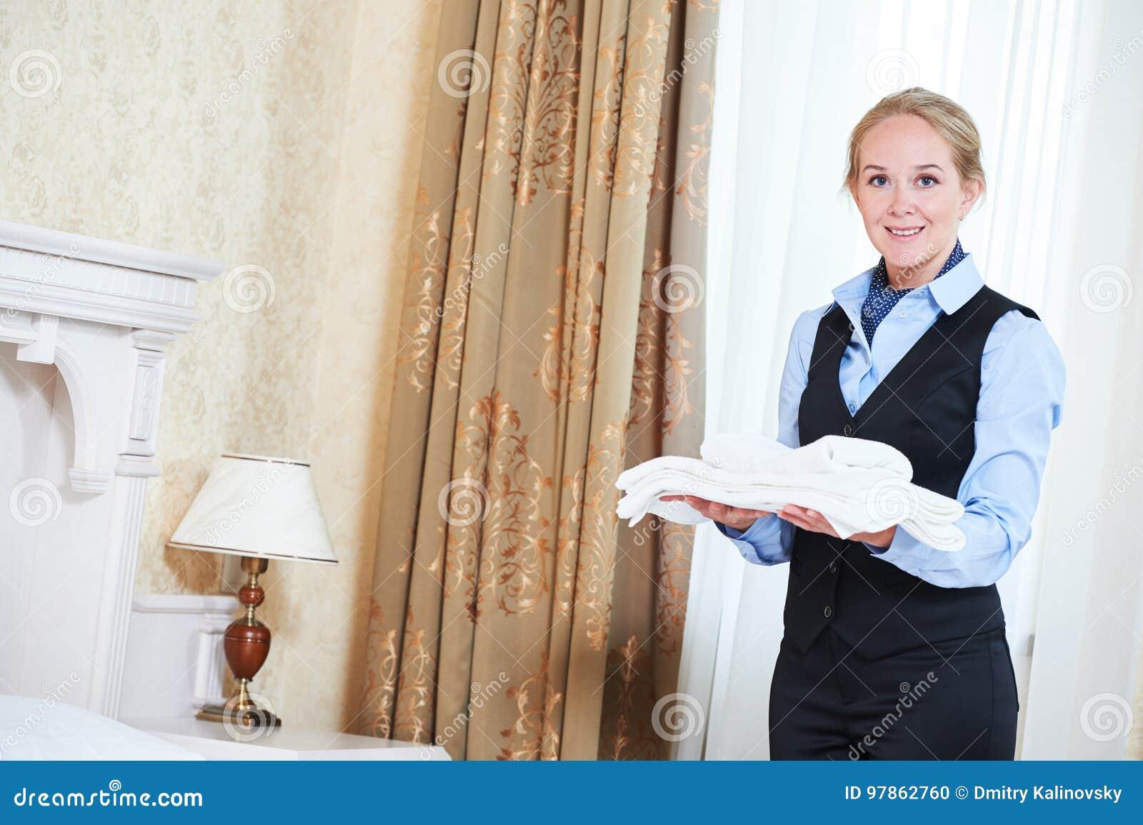 Charmbermaid femelle de travailleur de ménage d hôtel avec de la toile