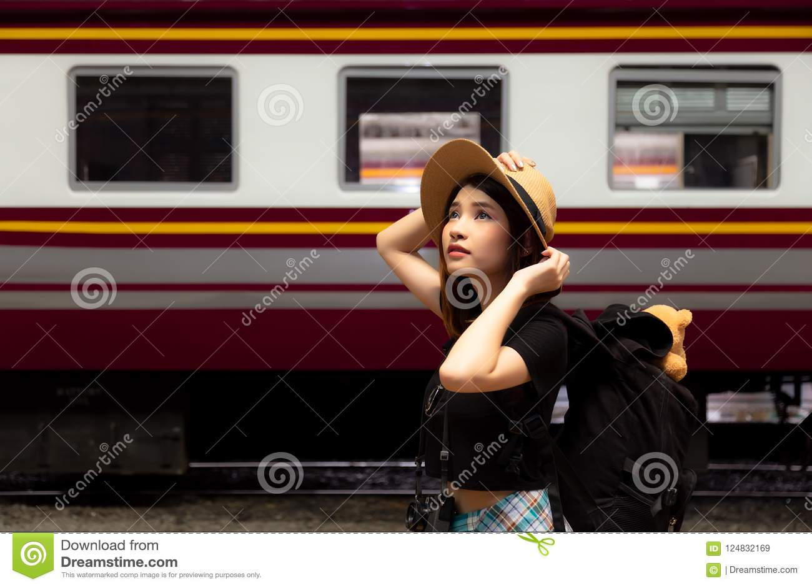 Charmig härlig kvinna för stående Attraktiv härlig turist