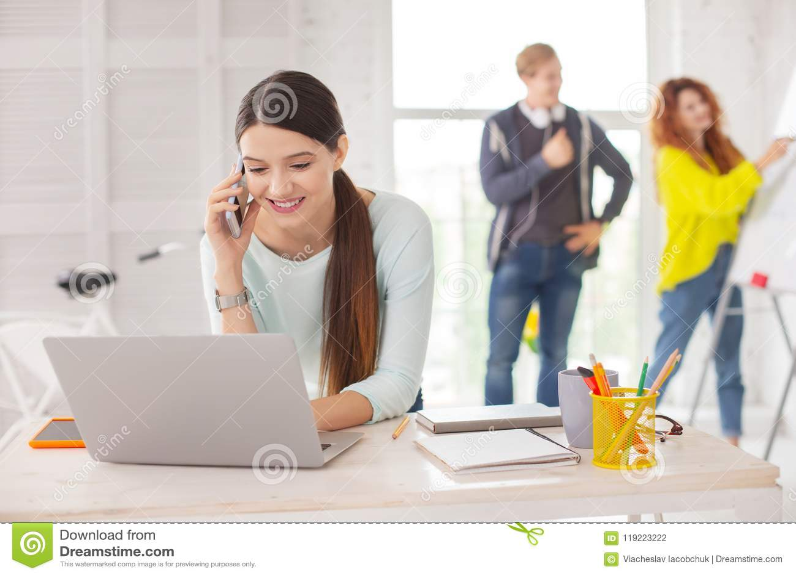 Charmig kvinnlig anställddanandeappell