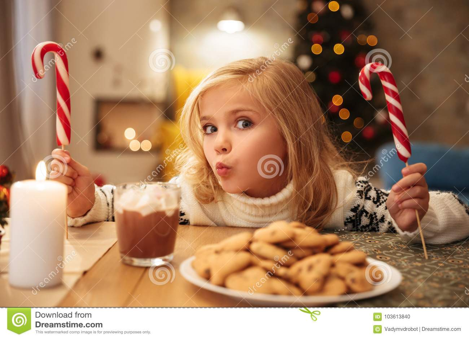 Charmig liten flicka med två godisrottingar, medan ha festligt
