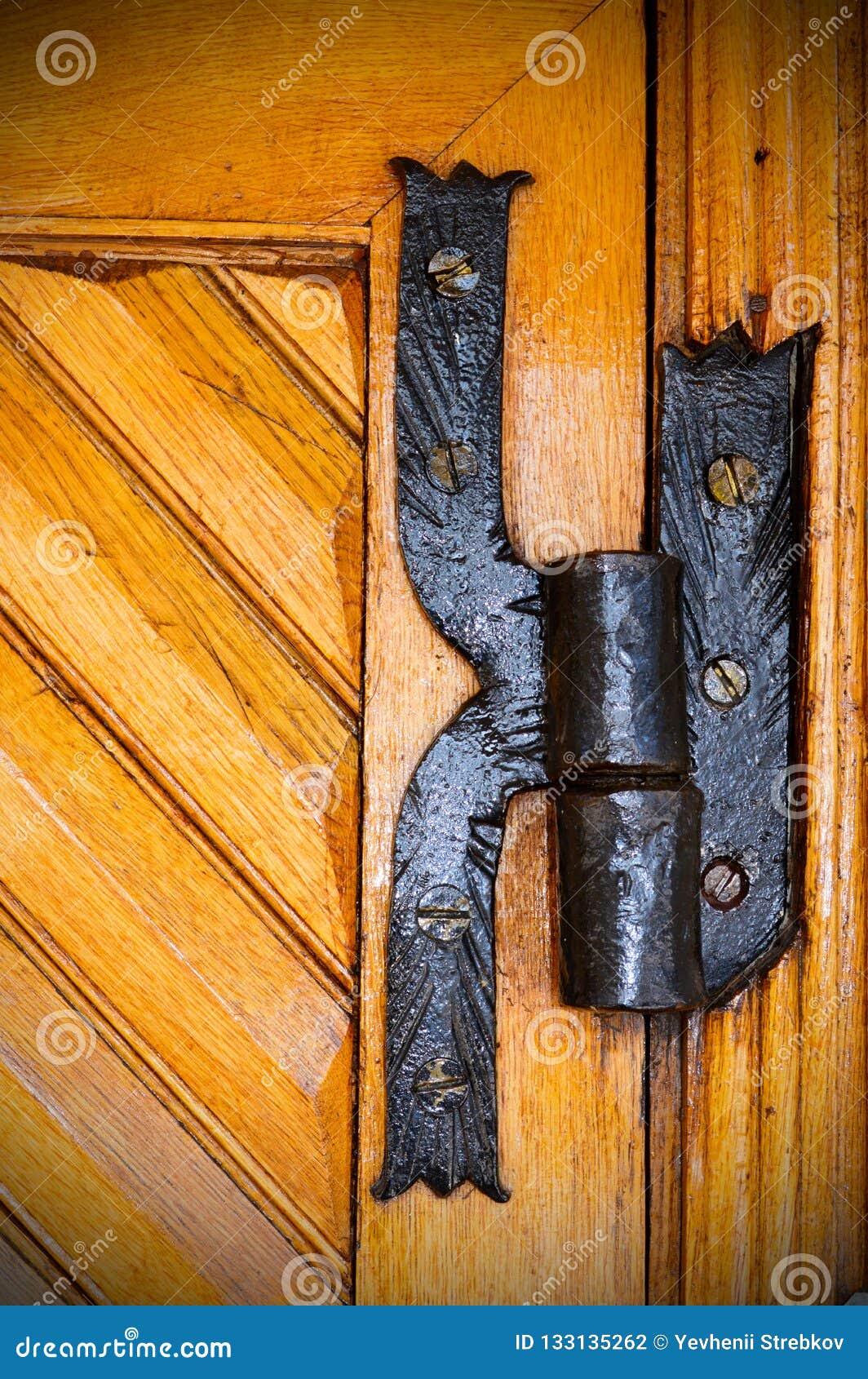 Charnière de fer sur une vieille porte en bois