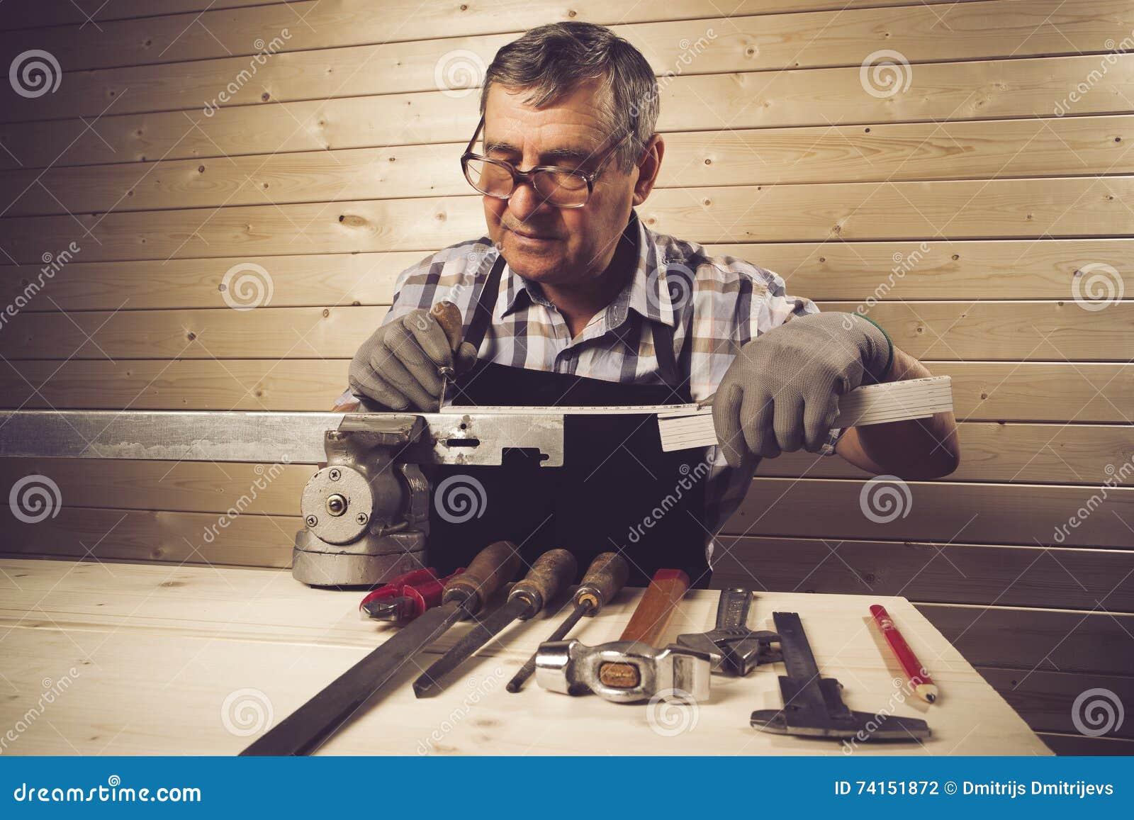 Charpentier supérieur travaillant dans son atelier
