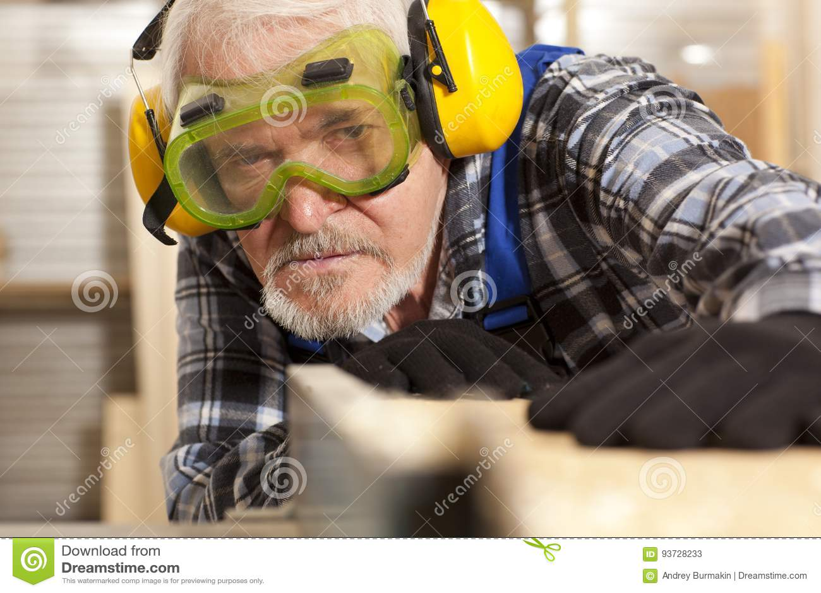 Charpentier travaillant dans l usine de meubles