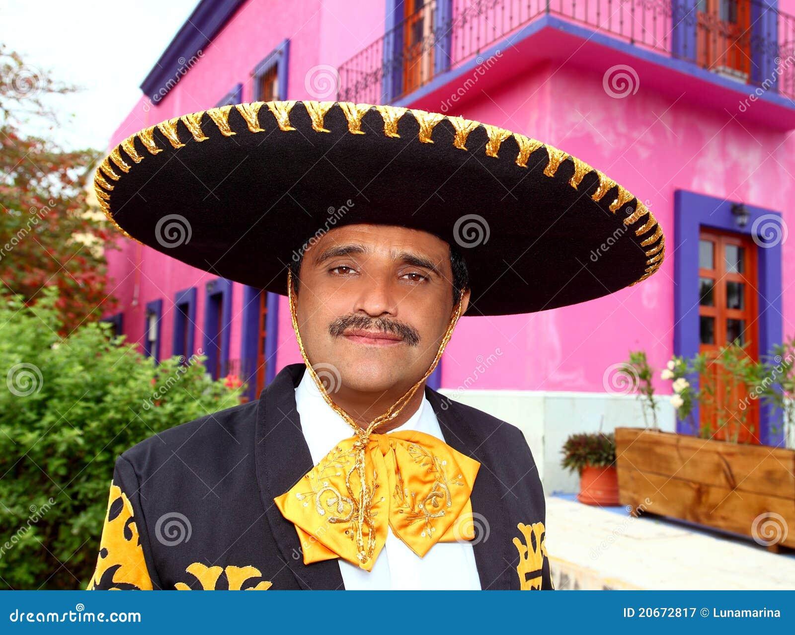 Charro mexikanisches Mariachiportrait im rosafarbenen Haus