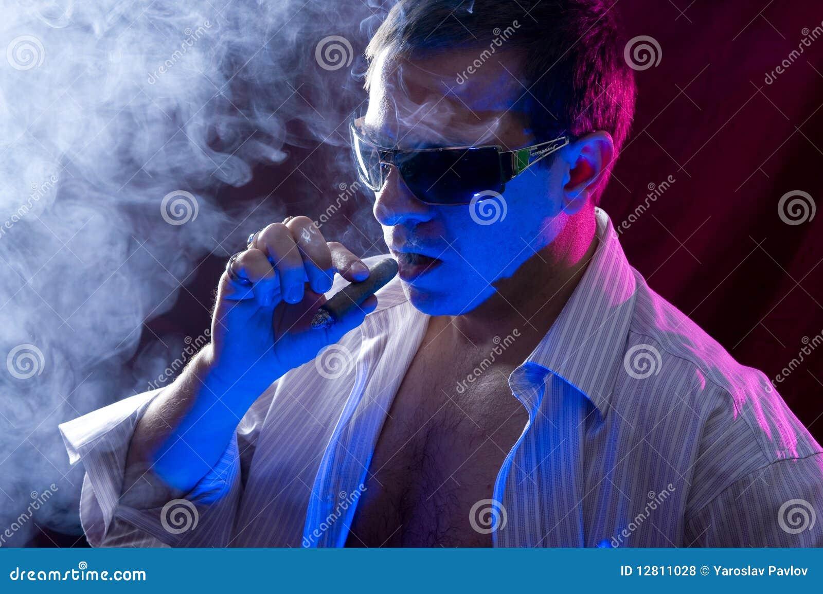 Charuto de fumo do homem