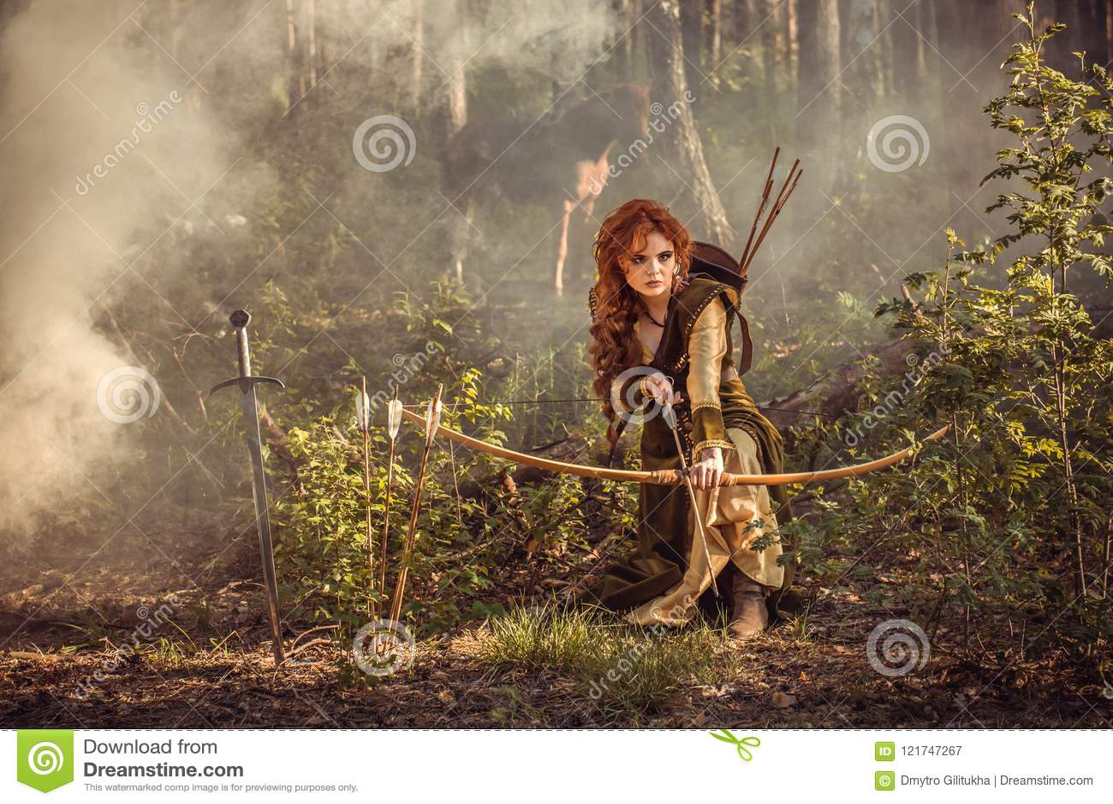Chasse médiévale de femme d imagination dans la forêt de mystère
