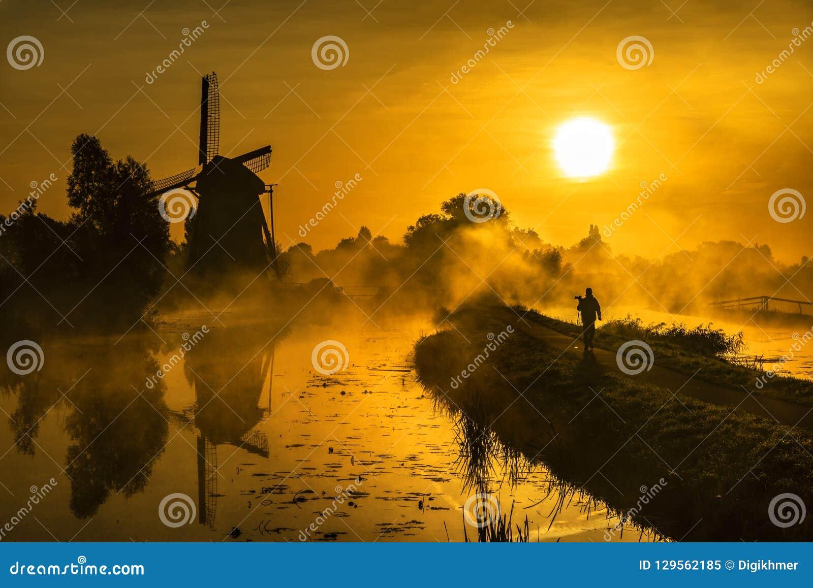 Chasseur de lever de soleil marchant vers le soleil