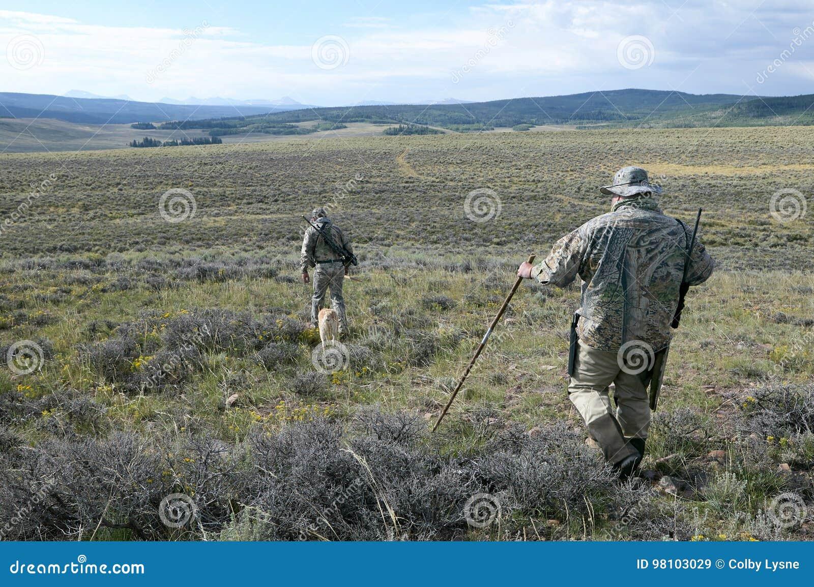 Chasseurs camouflés de coyote dans le sud-ouest Wyoming