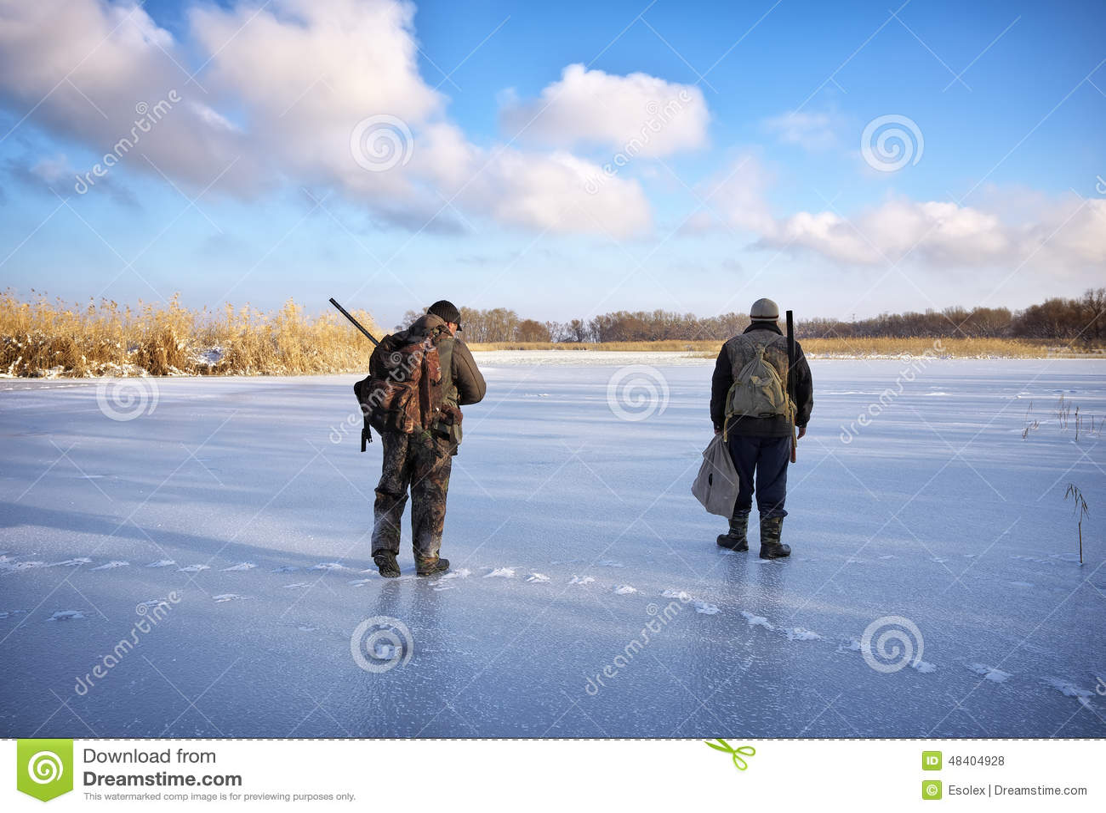 Chasseurs sur la victime de attente d étang de glace